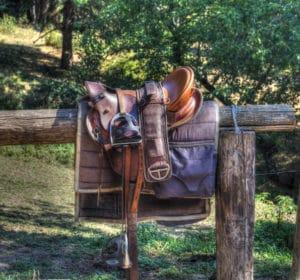 Sattel eines Pferdes auf einem Zaun – Horsia Ratgeber